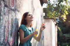 Пузыри девушки и мыла Стоковые Фотографии RF