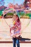 Пузыри девушки дуя в парке Стоковая Фотография RF