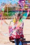 Пузыри девушки дуя в парке Стоковые Фото