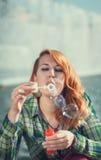 Пузыри девушки redhead битника дуя Стоковое Изображение