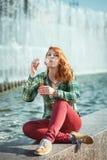 Пузыри девушки redhead битника дуя Стоковое фото RF