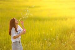 Пузыри красивой девушки дуя Стоковая Фотография