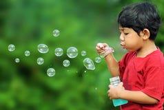 пузыри мальчика Стоковое фото RF