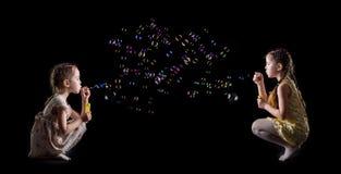 Пузыри маленькой девочки и мыла Стоковое Изображение RF