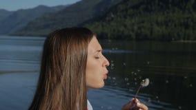 Пузыри молодой женщины дуя видеоматериал