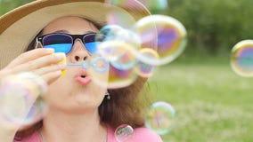 Пузыри молодой женщины дуя outdoors сток-видео