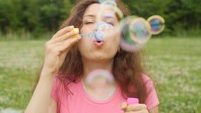 Пузыри молодой женщины дуя outdoors видеоматериал