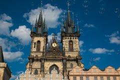 Пузыри мыла в старом городке Staromestska придают квадратную форму в Праге, предпосылке церков нашей дамы Перед Tyn Стоковые Фотографии RF