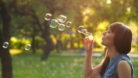Пузыри мыла дуновения девушки сток-видео