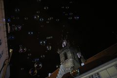 Пузыри мыла от воздуходувки пузыря в темной или черной предпосылке стоковая фотография