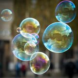 Пузыри мыла перед отражением деревьев Frauenkirche стоковое изображение