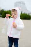Пузыри мыла девушки малыша дуя Стоковые Изображения RF