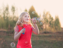 Пузыри мыла девушки дуя внешние Стоковые Фото