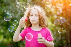 Пузыри мыла девушки дуя, тонизируя для фильтра instagram Стоковая Фотография RF
