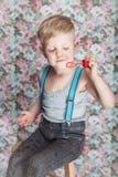 Пузыри мыла красивого радостного белокурого мальчика дуя стоковая фотография rf