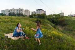 Пузыри мыла матери и дочери дуя Стоковые Фото