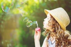 Пузыри мыла милой девушки дуя в форме сердца Стоковое Изображение RF