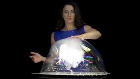 Пузыри мыла привлекательной женщины брюнет смешивая сток-видео