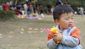 Пузыри мыла ребенка дуя Стоковая Фотография RF
