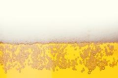 пузыри пива закрывают стеклянную съемку вверх Стоковые Изображения