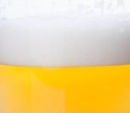 пузыри пива закрывают стеклянную съемку вверх Стоковые Изображения RF