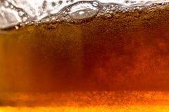 пузыри пива закрывают стеклянную съемку вверх Стоковое Изображение