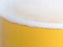 пузыри пива закрывают стеклянную съемку вверх Стоковые Фотографии RF