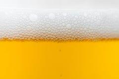 пузыри пива закрывают стеклянную съемку вверх Стоковая Фотография RF