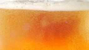 Пузыри плавая вверх в жидкость пива closeup движение медленное видеоматериал