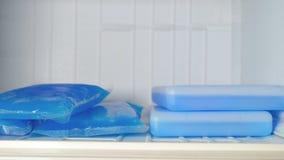 Пузыри со льдом в замораживателе сток-видео
