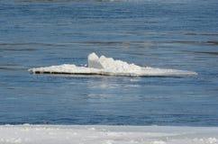 Пузыри со льдом реки Миссисипи - Минесота стоковые изображения rf
