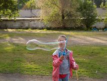 Пузыри дуновения ребенка Стоковое Фото