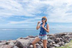 Пузырь в внешнем, природа красивой молодой женщины дуя, около океана Тропический волшебный остров Бали, Индонезия стоковые изображения