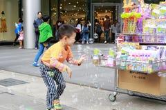 Пузырь мыла игры мальчика Стоковая Фотография