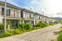 Пузырь недвижимости, получившийся отказ половинный законченный проект жилищного строительства стоковые фотографии rf