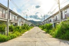 Пузырь недвижимости, получившийся отказ половинный законченный проект жилищного строительства стоковое фото