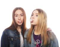 пузырь подростковых дуновений girs большой от жевательной резинки Стоковое Изображение RF
