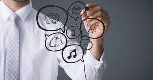 Пузырь речи сочинительства раздела бизнесмена средний doodles против серой предпосылки Стоковое Изображение RF