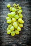 Пук белых виноградин на концепции еды деревянной доски Стоковые Фото
