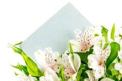 Пук белых лилий тигра с пустой карточкой Стоковые Изображения RF