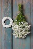 Пук белых крошечных хризантем и белого плетеного венка Стоковое Изображение RF