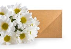 Пук белых хризантем и конверта Стоковые Изображения
