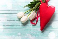 Пук белых цветков тюльпанов и декоративного красного сердца Стоковые Изображения