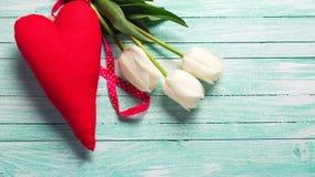 Пук белых цветков тюльпанов и декоративного красного сердца Стоковое фото RF