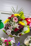пук большого свежего розового красного стоцвета gerbera и лилии больших желтых роз хризантемы белые цветут Стоковая Фотография RF