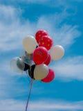 Пук воздушного шара вечеринки по случаю дня рождения в небе Стоковые Изображения