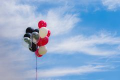 Пук воздушного шара дня рождения в небе Стоковая Фотография RF