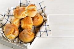 Пук всех, свежих испеченных плюшек пшеницы в деревянном подносе с kitch Стоковое Фото