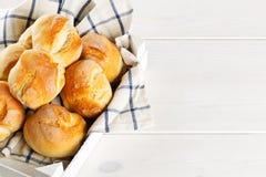 Пук всех, свежих испеченных плюшек пшеницы в деревянном подносе с kitch Стоковые Изображения RF