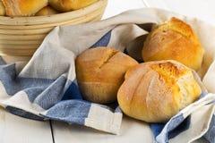 Пук всех, свежих испеченных плюшек пшеницы в корзине выпечки и на k Стоковое Изображение RF